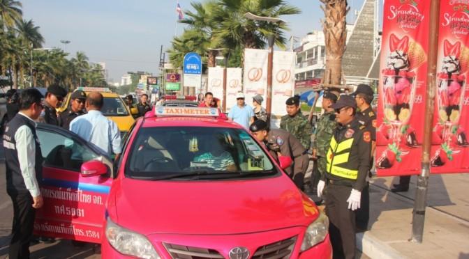 เจ้าหน้าที่ระดมกำลังตั้งด่านกวดขันจัดระเบียบรถแท็กซี่เมืองพัทยา