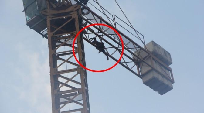 พ่อเครียดตามหาลูกไม่พบซดเหล้าย้อมใจก่อนปีนปั้นจั่นจะกระโดดหวังฆ่าตัวตาย