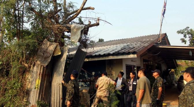 ฝ่ายปกครองอำเภอบางละมุง-ทหาร ลุยโค่นต้นกระท่อมบ้านกรรมการมัสยิ