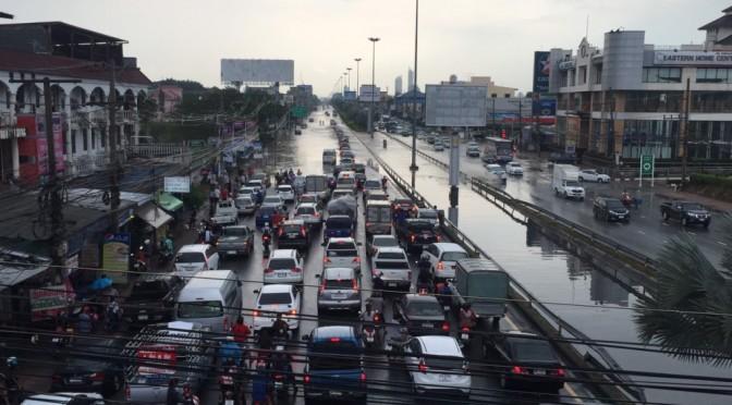 ฝนหลงฤดูแว่บผ่านเมืองพัทยาทำน้ำท่วมขัง