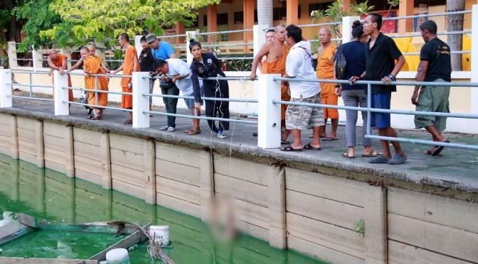 หลวงพ่อวัดดังเมืองพัทยาแทบช็อกหลังทำความสะอาดบ่อเลี้ยงปลา พบศพชายนิรนามลอยกลางบ่อ