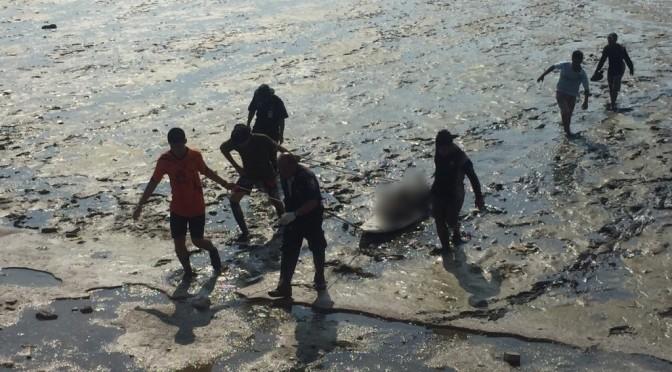 ชาวบ้านผงะ! พบศพหนุ่มลอยกลางทะเลอ่าวนาเกลือ