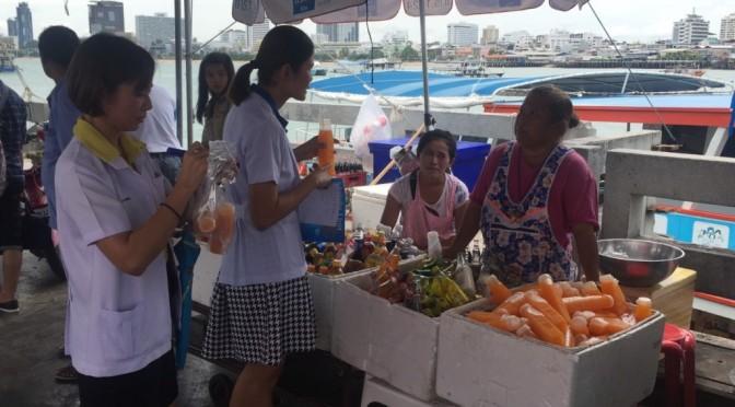 สาธารณสุขพัทยา ลงพื้นที่ตรวจร้านน้ำส้มคั้น หลังคลิปพ่อค้านำน้ำประปาผสมหัวเชื้อส้มโผล่
