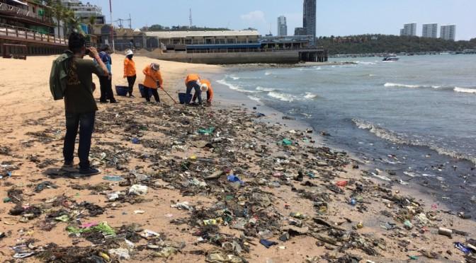 เมืองพัทยาเร่งเก็บเศษสิ่งปฏิกูลลอยเกยเกลื่อนหาดพัทยา เร่งกู้ภาพลักษณ์การท่องเที่ยว