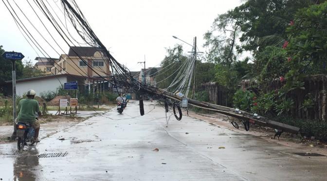 ฝนกระหน่ำลมกรรโชกแรงทำเสาไฟฟ้าล้มโคนขวางถนน