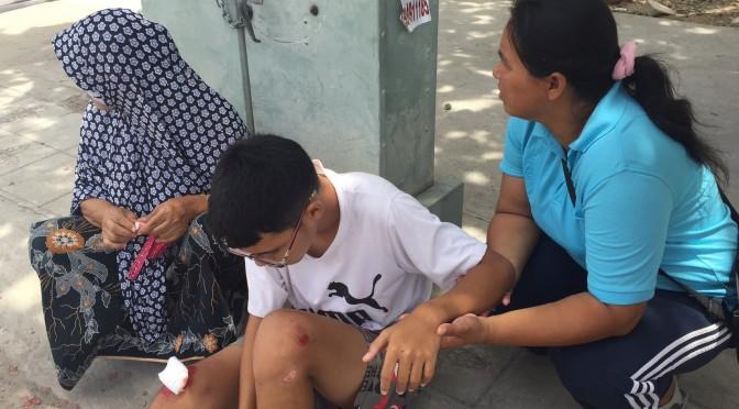 เจ้าหนูวัย 15 ปี ออกซื้อกับข้าวถูกนักเรียนเดินตัดหน้ารถ จยย.เสียหลักพลิกคว่ำ ได้รับบาดเจ็บ