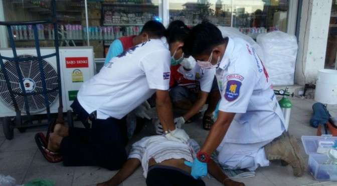 กู้ภัยฯ ปั้มหัวใจหนุ่มนิรนามเดินอยู่บนถนนเกิดอาการไอชักท่ามกลางคนจำนวนมาก