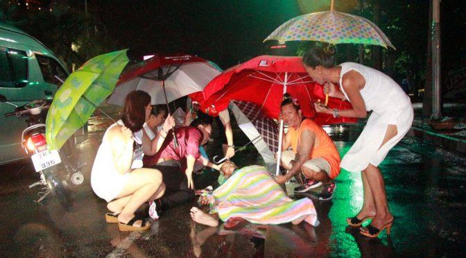 หมอหนุ่มและพลเมืองดีช่วยลุงหาบเร่ถูก จยย.รับจ้างชนท่ามกลางสายฝน