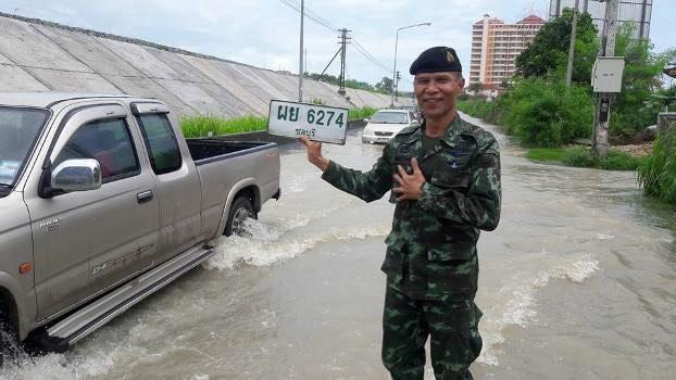 ชาวเน็ตแห่ชื่นชมพี่ทหาร มทบ.14 รุดช่วยเหลือชาวบ้านน้ำท่วมขังหลังฝนตกหนักในเมืองพัทยา