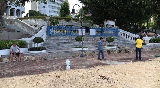 เจ้าหน้าที่ สำนักการช่างเมืองพัทยา เก็บขยะก่อสร้างนิมหาดวงศ์อมาตย์ เรียบร้อยแล้ว