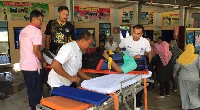 นักเรียนโรงเรียนพัทยาปีนระเบียงเก็บลูกปิงปองเกิดพลัดตกลงหลังคาทะลุร่วงกระแทกพื้นเจ็บ