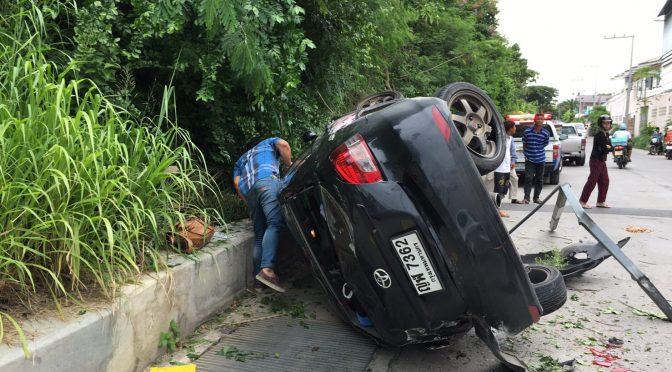 หนุ่มเมืองกรุงควบเก๋ง เสียหลักรถหมุนตกข้างสูงกว่า 10 เมตร รอดปาฏิหารย์