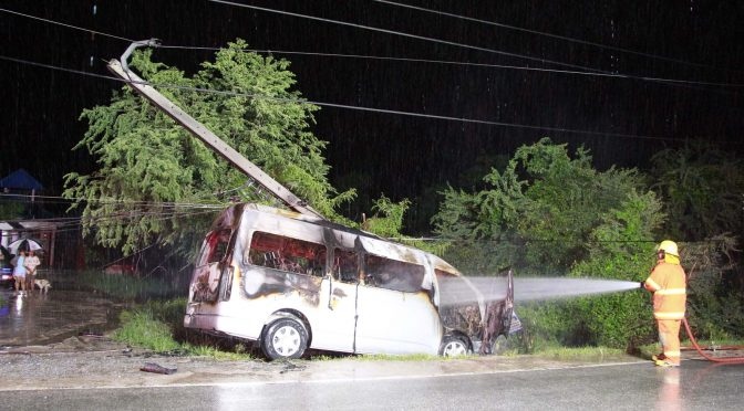 โชว์เฟอร์รถตู้ขับฝ่าสายฝนเสียหลักตกถนนชนเสาไฟฟ้าไฟลุกหวิดย่างสด