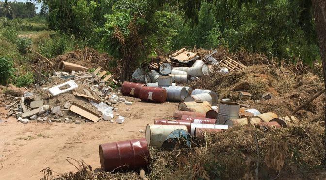 ชาวบ้านโป่ง ร้องสื่อหลังมีมือดีลอบทิ้งสารเคมีในบ่อทรายใกล้แหล่งน้ำ หวั่นกระทบความเป็นอยู่ วอนเจ้าหน้าที่เร่งตรวจสอบ