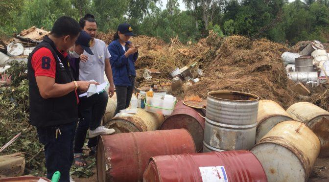 อุตสาหกรรมจังหวัดชลบุรี สนธิกำลังฝ่ายปกครองลงพื้นที่ตรวจพิสูจน์ถังสารเคมีกลางป่าใกล้บ่อน้ำบ้านโป่ง หลังมีมือดีลอบทิ้ง