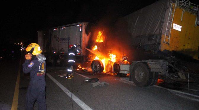 รถพ่วงบริษัท SCG เสยท้าย 18 ล้อขนเกลือ ไฟลุกคอกดับคาซาก