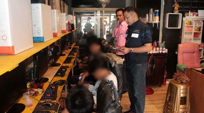 ฝ่ายปกครอง อ.บางละมุง บุกตรวจร้านเกมออนไลน์ รวบผู้ประกอบการปล่อยเยาวชนใช้บริการนอกเวลา