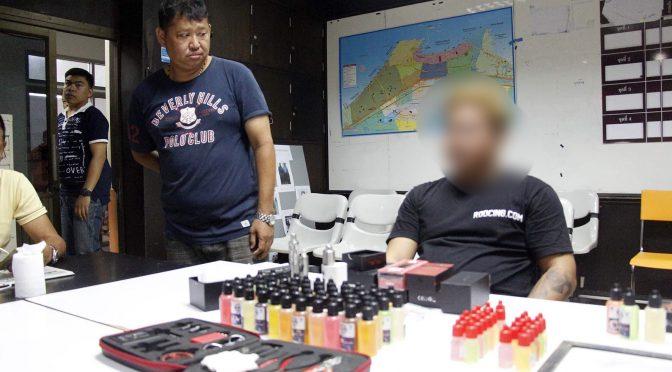 ตร.พัทยา บุกจับพ่อค้าขายบุหรี่ฟ้าตลาดนัดกลางเมืองพัทยา