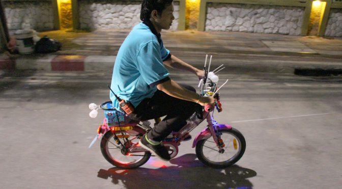 หนุ่มจิตอาสาปั่นจักรยานคันจิ๋วช่วยเหลือผู้ประสบเหตุ