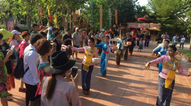 """ไทธานี หมู่บ้านวัฒนธรรมและศิลปะ พัทยา ได้จัดกิจกรรม """"ม่วนซื่น ชื่นฉ่ำ ม่วนอีหลี"""""""