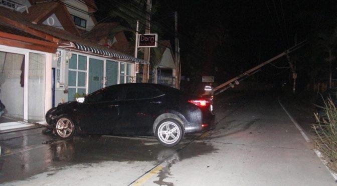 เก๋งซิ่งชนเสาไฟหักขวางถนนรถพังยับ แต่ไร้เงาคนขับ